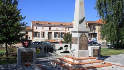 Le monument aux morts place Marius Turines, construit en 1921-1922