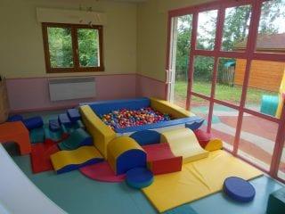 Une piscine à balles et des structures de jeux colorées à disposition des enfants au PAPE